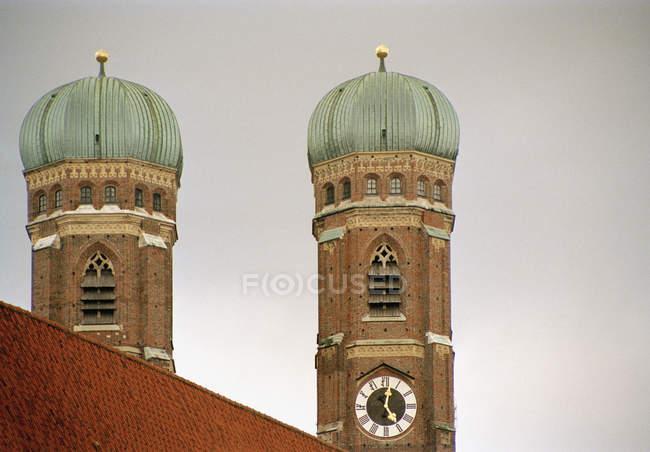 Обітнутого зображення Мюнхен собор веж, Німеччина — стокове фото