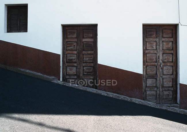 Деревянные двери жилого дома на холме — стоковое фото