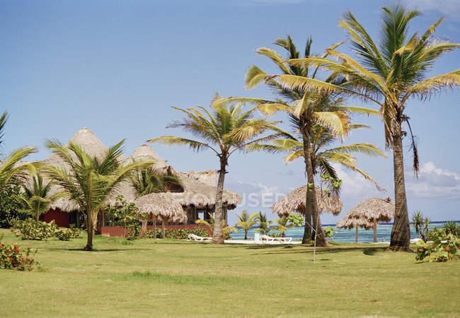 Idyllischer Blick auf tropischen Strandurlaubsort an sonnigen Tag — Stockfoto