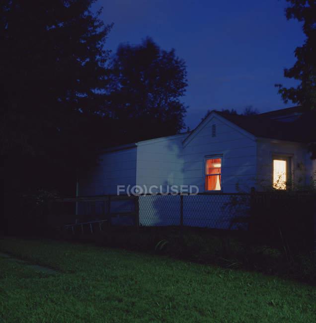 Vista exterior de casa residencial en la noche - foto de stock