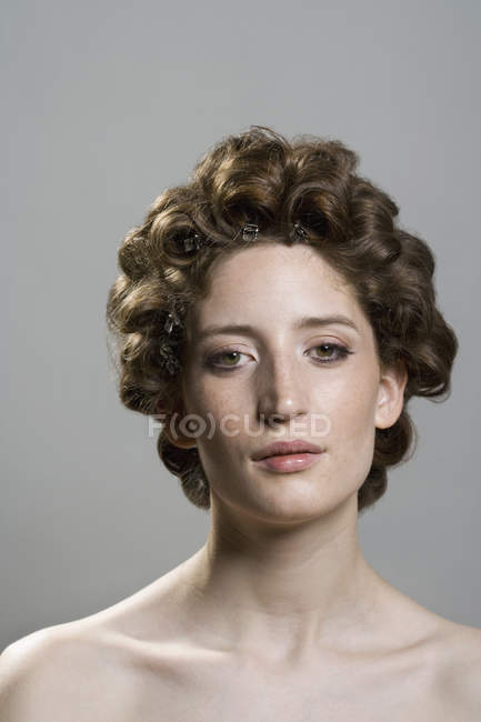 Portrait de jeune femme avec des cheveux en rouleaux — Photo de stock