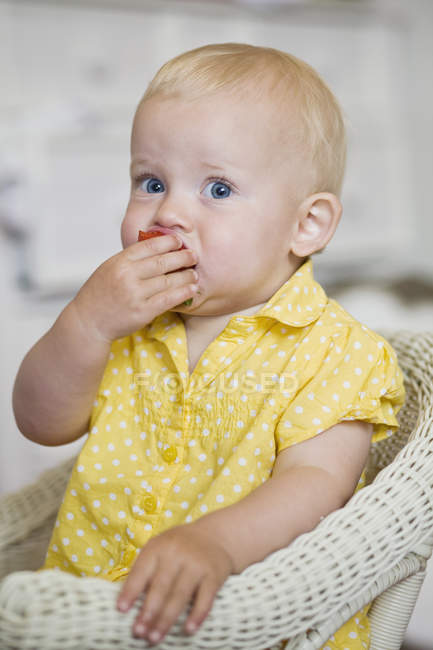 Ребенок ест клубнику — стоковое фото