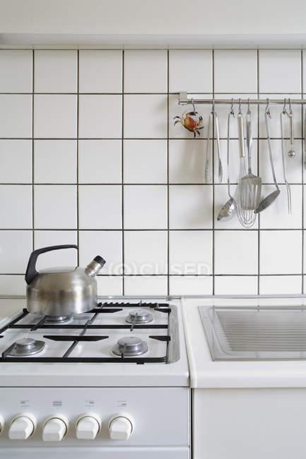 Печь и топить на домашней кухне — стоковое фото