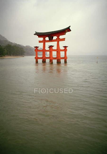 Vue sur la structure de la pagode entourée d'eau — Photo de stock