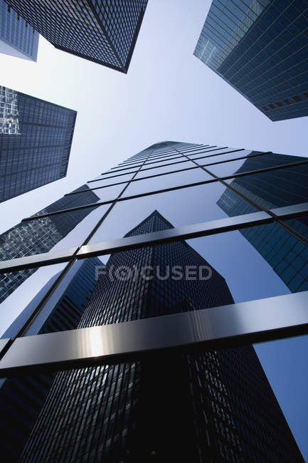 Vista inferior de la fachada de rascacielos sobre cielo - foto de stock