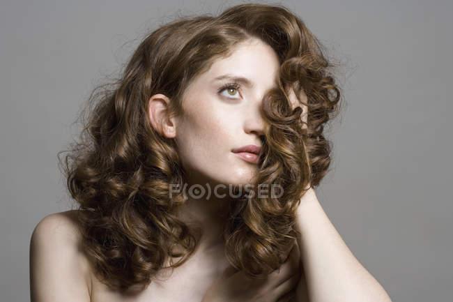 Portrait de jeune femme toucher les cheveux — Photo de stock