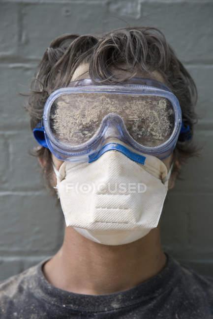 Porträt eines Mannes mit Schutzbrille und Umweltschutzmaske — Stockfoto