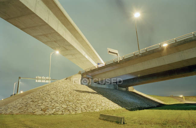 Vista de ángulo bajo del paso elevado de carretera - foto de stock