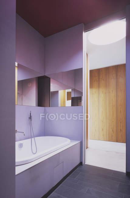 Vista interior da casa de banho moderna com paredes violetas — Fotografia de Stock
