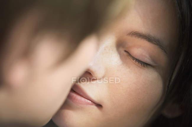 Влюбленная молодая пара — стоковое фото