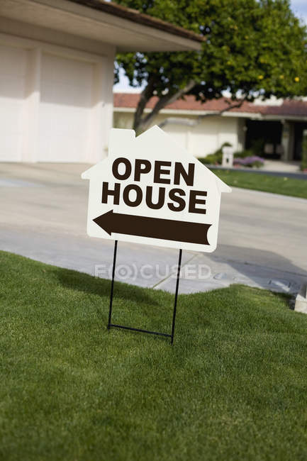 OPEN HOUSE sign plate on front yard lawn — Stock Photo