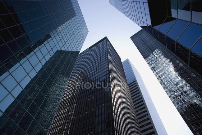 Vue faible angle de façades dans le quartier financier — Photo de stock