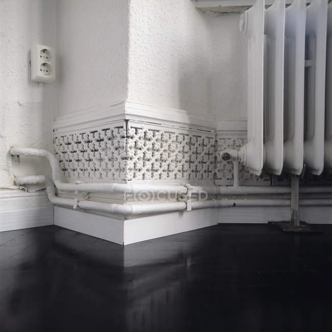 Vue rapprochée des tuyaux de radiateur de chaleur et de la ventilation sur le mur — Photo de stock