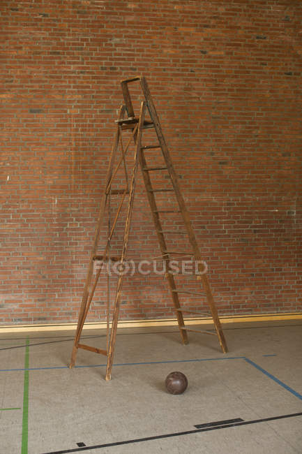 Лестница и футбол в спортзале — стоковое фото