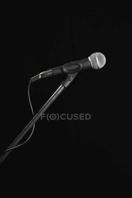 Nahaufnahme des Mikrofons auf schwarzem Hintergrund — Stockfoto