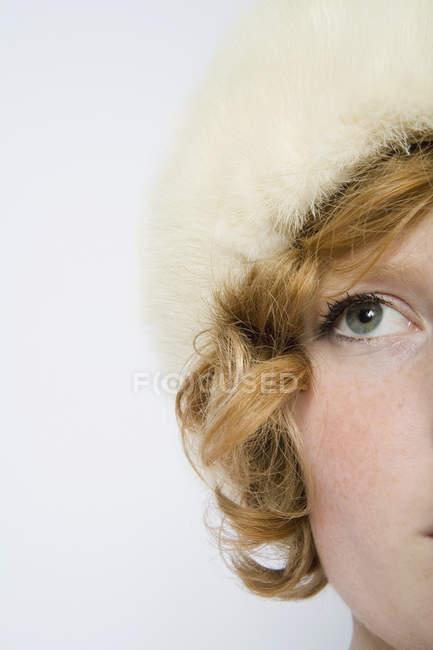 Женщина с вьющимися рыжими волосами в меховой шляпе — стоковое фото
