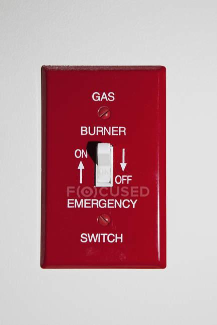 Interrupteur d'urgence à brûleur à gaz sur mur blanc — Photo de stock