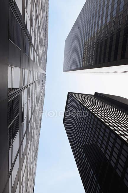 Vista inferior de rascacielos, Manhattan, Nueva York, NY, EE.UU. - foto de stock