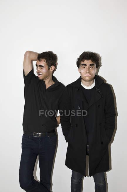 Двоє чоловіків постановки в новинку маски — стокове фото