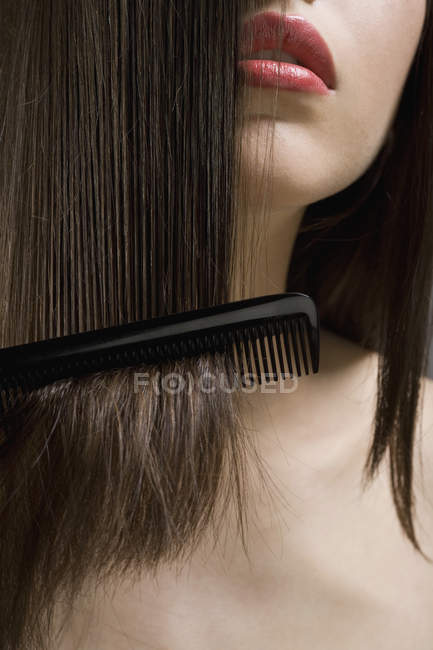 Cheveux peignage de la culture adolescente — Photo de stock