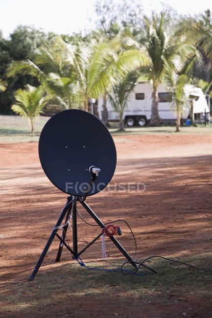 Parabola satellitare portatile su tripos in campeggio — Foto stock