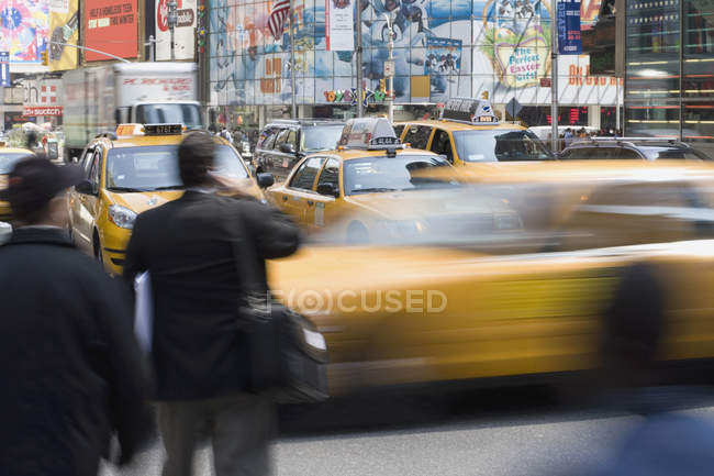 Yellow taxis and pedestrians on city street — Stock Photo