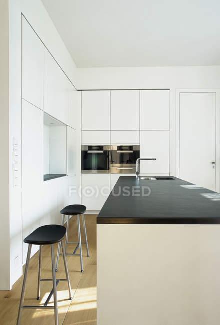 Внутрішній вигляд порожні-сучасних кухонного столу — стокове фото