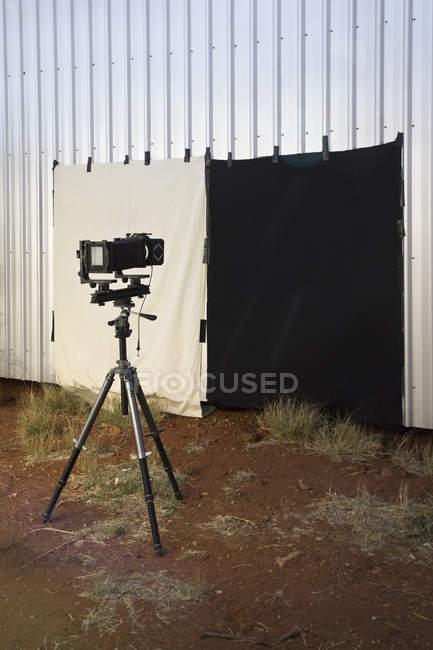 Mostra alla videocamera e goccia posteriore allestito stand — Foto stock