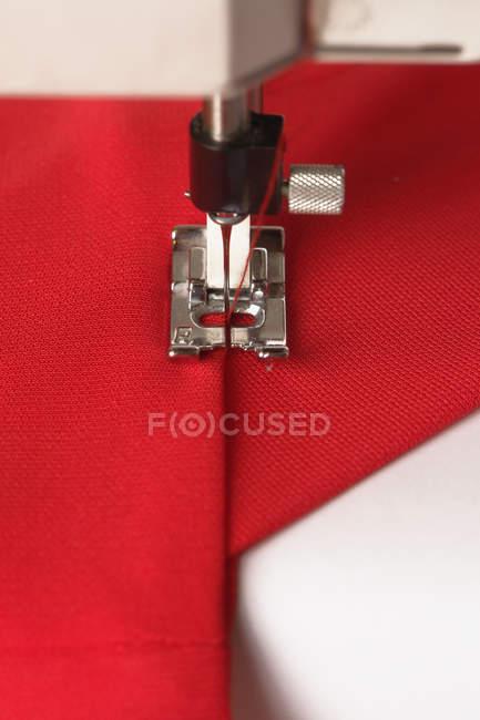 Крупним планом подання швейна машина зшивання тканин — стокове фото