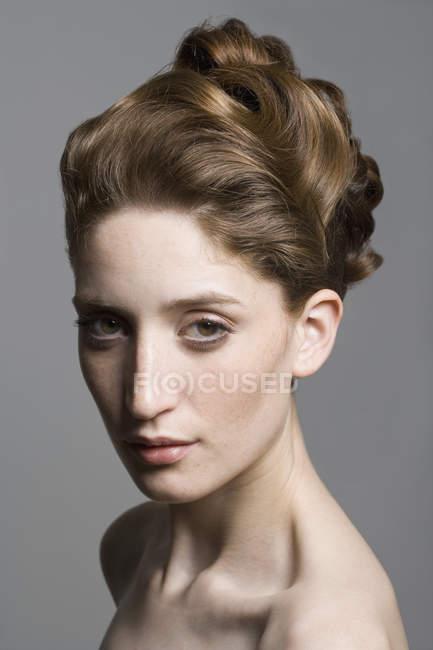 Portrait d'une jeune femme avec une coiffure élégante — Photo de stock