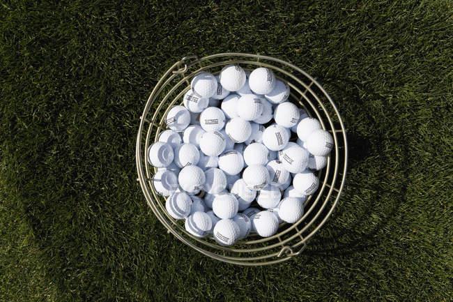 Прямо над подання відро з м'ячі для гольфу — стокове фото