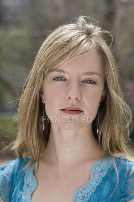 Ritratto di una giovane donna in un parco cittadino — Foto stock