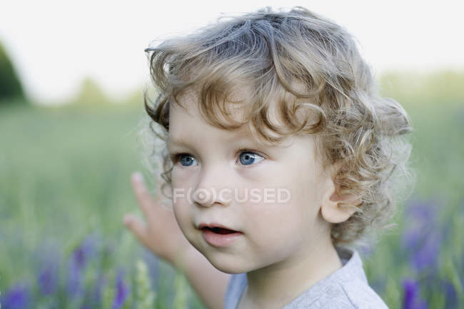 A young boy looking away and pointing — Stock Photo