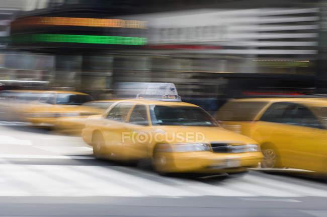 Moving yellow taxi's on city street, Manhattan, New York City — Stock Photo