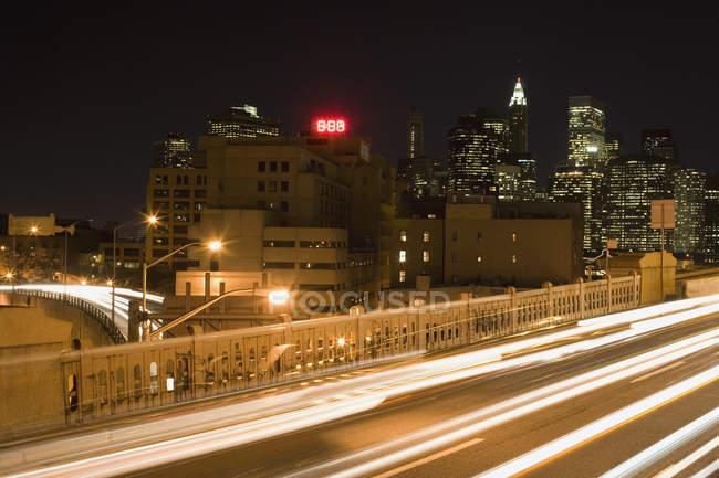 Longue exposition prise de vue de la route de l'autoroute la nuit — Photo de stock