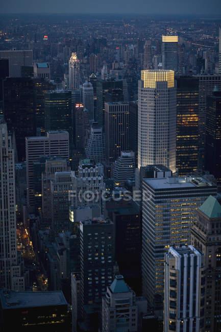 Vista aérea para arranha-céus iluminados à noite — Fotografia de Stock