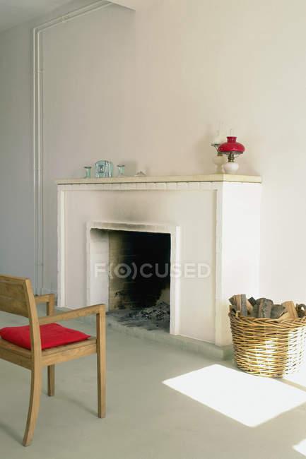 Cheminée dans le salon ensoleillé intérieur — Photo de stock