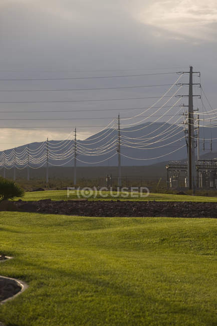Tranquil view to power lines in scenic countryside — Stock Photo