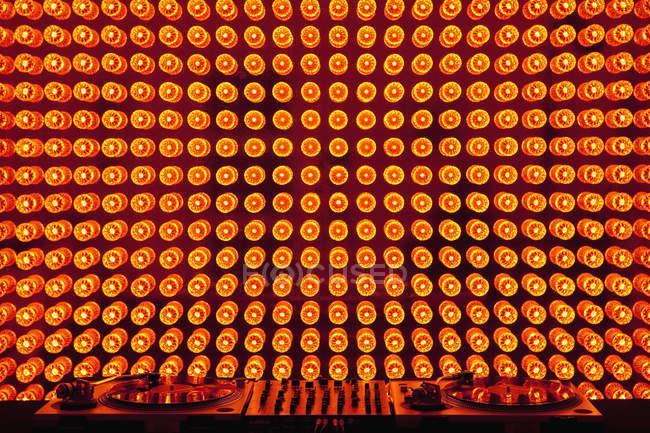 Turntables e misturador de som na frente da exibição de luz — Fotografia de Stock