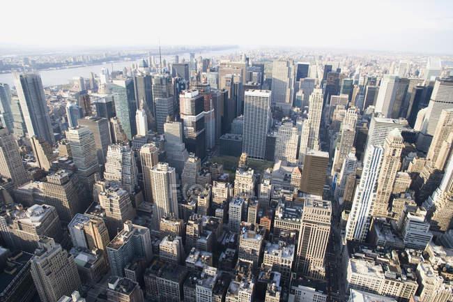 Vue grand angle des gratte-ciel éclairés par le soleil bâtiments — Photo de stock