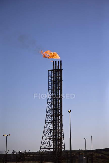 Flammen schlagen aus Rohren in Raffinerie — Stockfoto
