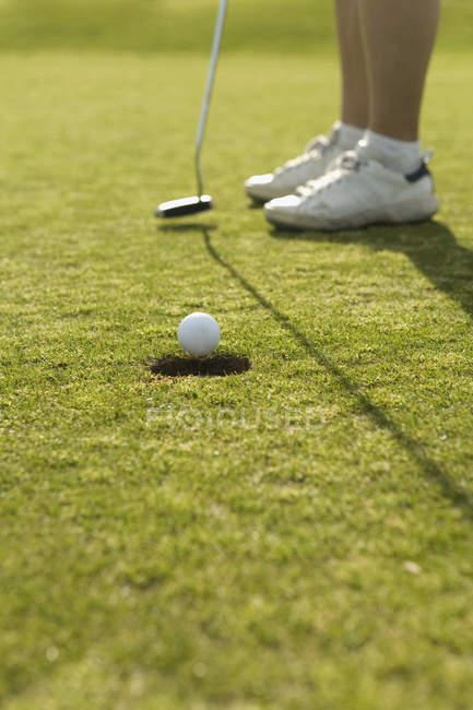 Низький розділ гравець у гольф грати в гольф на сонячної газон — стокове фото