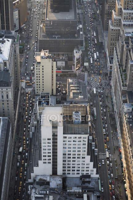 Vista del tráfico en avenidas visto desde arriba - foto de stock