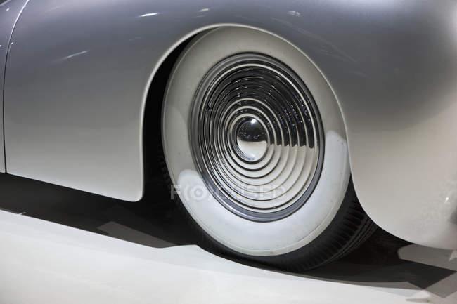 Крупним планом вид на колесо на старомодні автомобіля — стокове фото