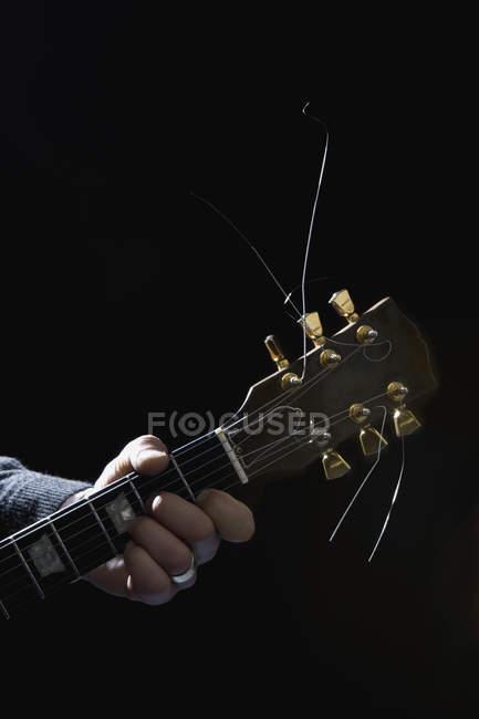 Ernte männliche Hand spielt E-Gitarre — Stockfoto