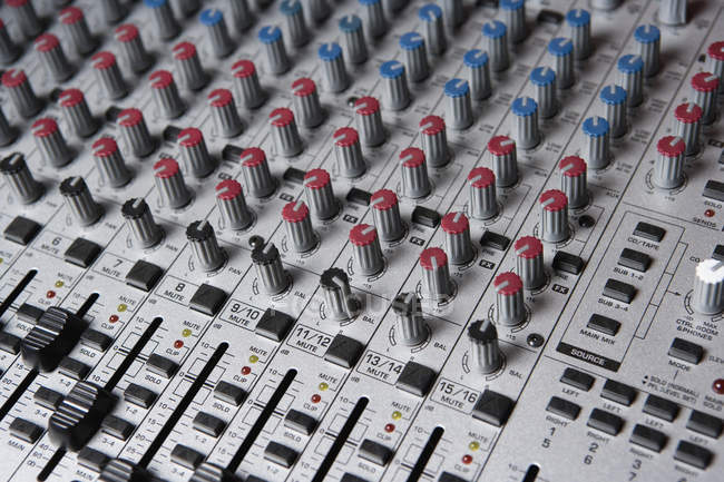 Plan plein cadre des boutons du mélangeur de son — Photo de stock
