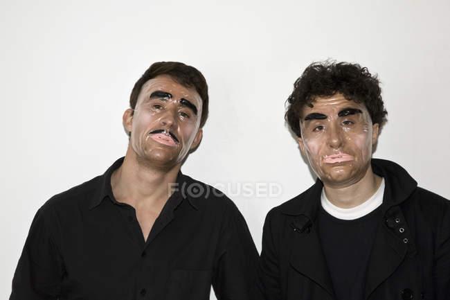 Dois homens posando em máscaras novidade — Fotografia de Stock