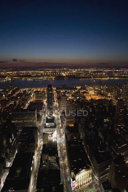 Пташиного польоту нічного міста і річку — стокове фото