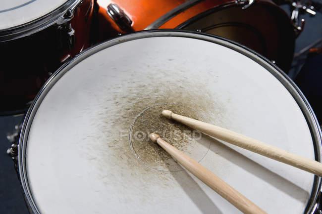Imagem cortada de baquetas no tambor do laço — Fotografia de Stock