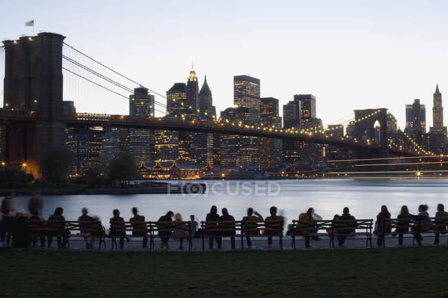 Illuminé le Brooklyn Bridge et Manhattan au crépuscule, New York, USA — Photo de stock